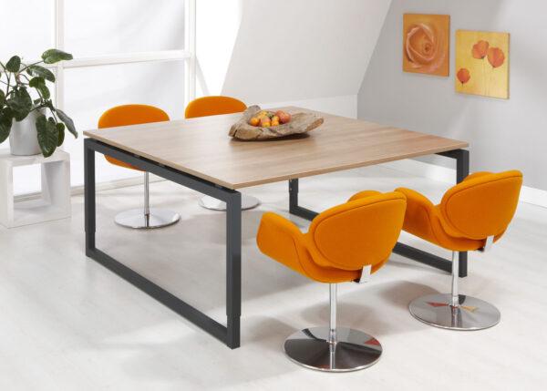 sfeerbeeld vergaderruimte oranje stoelen